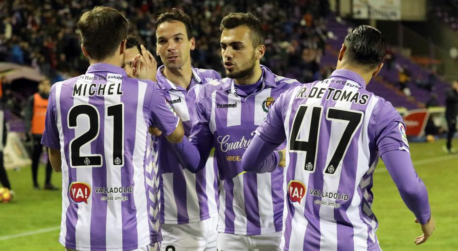 Míchel Herrero recibe la felicitación de su compañeros tras asistir a Juan Villar <em><strong>(RealValladolid.es)</strong></em>