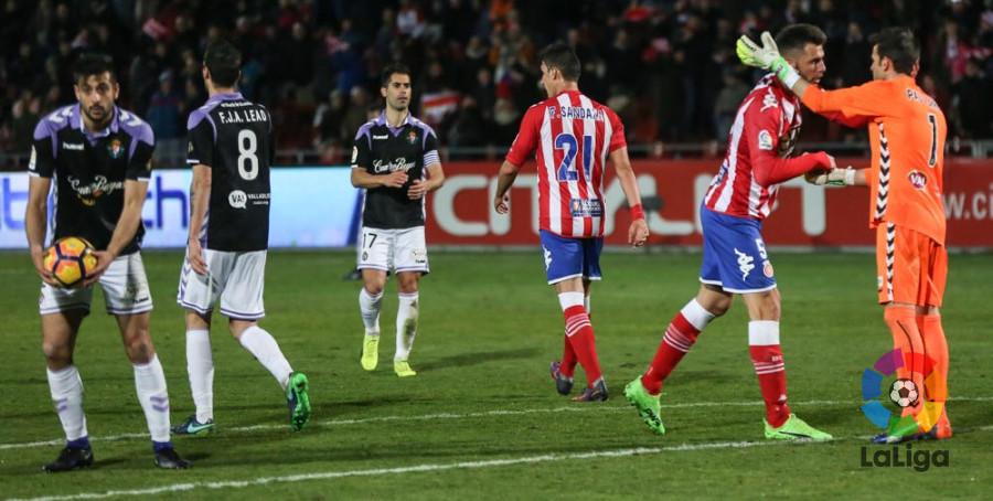 Jugadores de Real Valladolid y Girona FC animan a Pau Torres tras el fallo en el segundo gol <em><strong>(RealValaldolid.es)</strong></em>