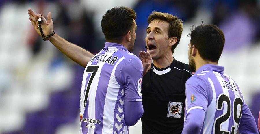 Juan Villar, junto a Jose Arnáiz, protesta a Pizarro Gómez la acción que suponía su expulsión <em><strong>(RealValladolid.es)</strong></em>