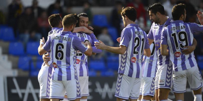 Los jugadores del Real Valladolid abrazan a Raúl de Tomás tras el primer gol del partido <em><strong>(LaLiga)</strong></em>