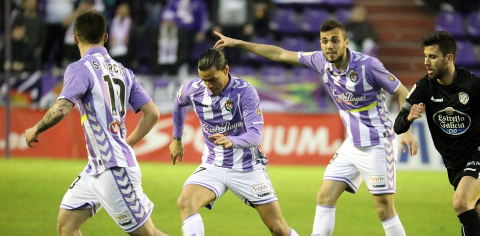 Raúl de Tomás con el balón, en presencia de Joan Jordán y Sergio Marcos <em><strong>(RealValladolid.es)</strong></em>