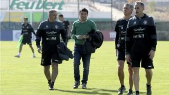 Braulio Vázquez, junto a Paco Herrera y su cuerpo técnico tras una sesión de entrenamiento (Marca)