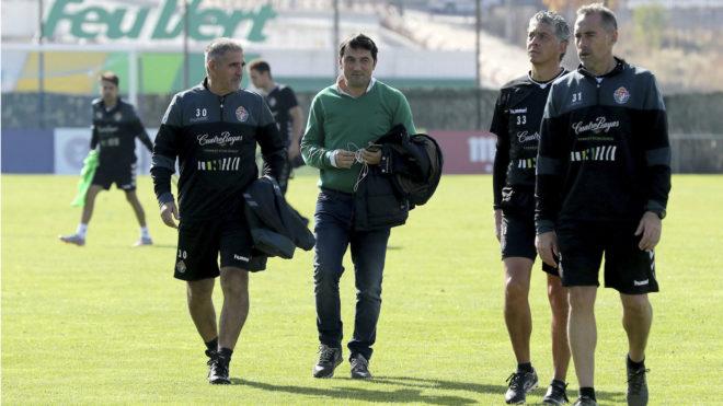 Braulio Vázquez, junto a Paco Herrera y su cuerpo técnico tras una sesión de entrenamiento <em><strong>(Marca)</strong></em>