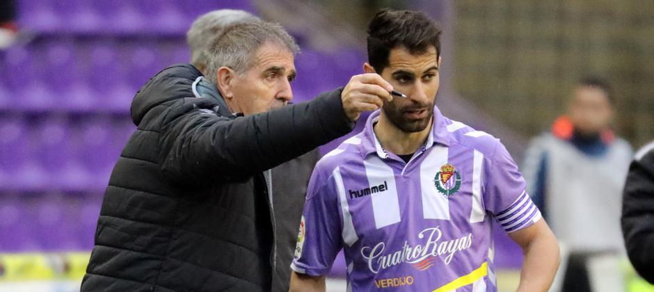 Paco Herrera habla con Javi Moyano tras la expulsión de Juan Villar ante el CD Tenerife <em><strong>(RealValladolid.es)</strong></em>