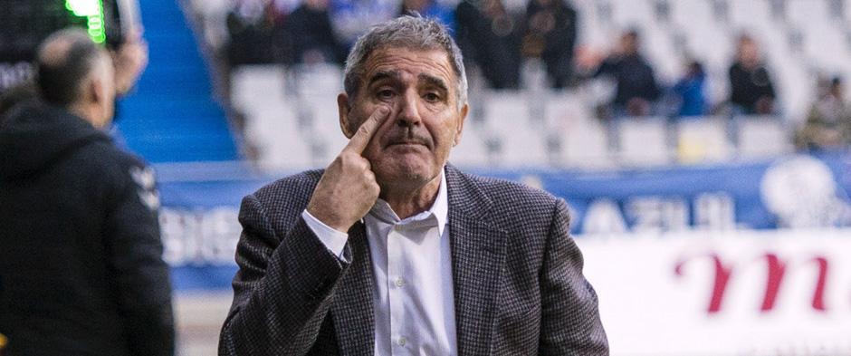 Paco Herrera hace un gesto a la zona de calentamiento duranteel duelo en el Estadio Carlos Tartiere <em><strong>(RealValladolid.es)</strong></em>