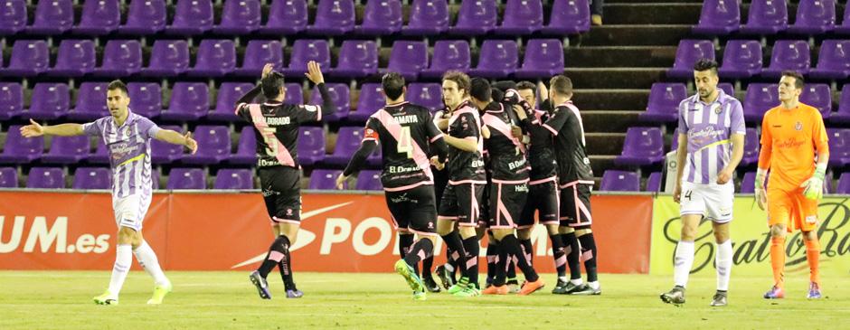 Javi Moyano anima a sus compañeros tras el gol de Manucho en el duelo ante el Rayo Vallecano <em><strong>(RealValladolid.es)</strong></em>