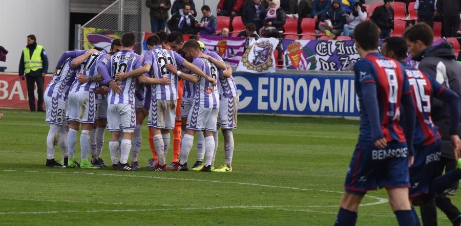 Los jugadores del Real Valladolid hacen piña antes del inicio de la segunda parte <em><strong>(LaLiga)</strong></em>