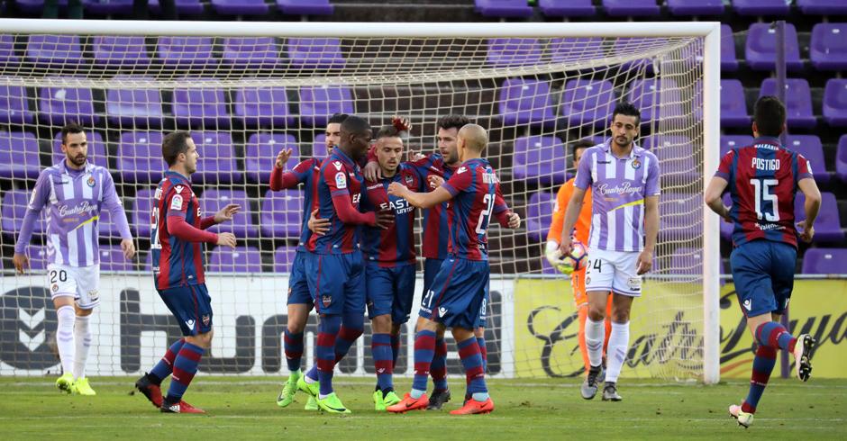 El Levante celebra el primer gol del partido ante la mirada de Alex Pérez y Alberto Guitián <em><strong>(RealValladolid.es)</strong></em>