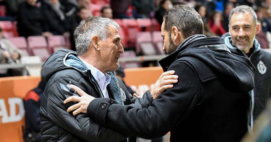 Paco Herrera saluda a Pablo Machín antes del reciente duelo en Montilivi (RealValladolid.es)