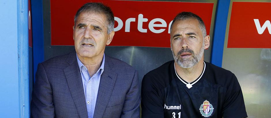 Paco Herrera y Ángel Rodriguez, su segundo, antes del inicio del duelo en Alcorcón (LaLiga)