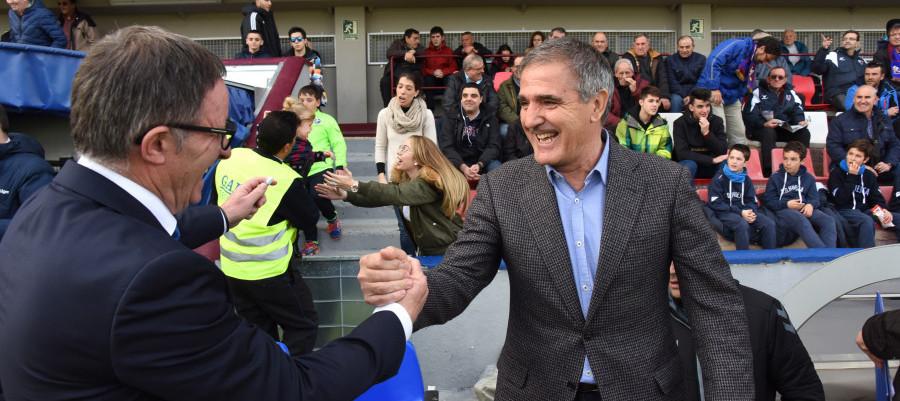 Paco Herrera saluda a Juan Antonio Anquela antes de comenzar el duelo de El Alcoraz <em><strong>(LaLiga)</strong></em>