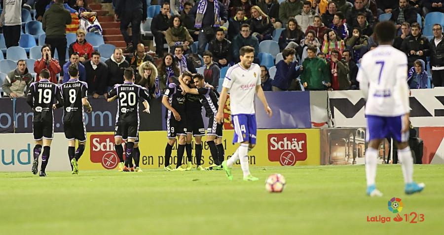 Los jugadores del Real Valladolid celebran el gol de Juan Villar en el Estadio de La Romareda <em><strong>(LaLiga)</strong></em>