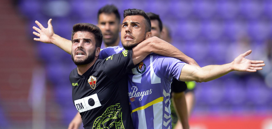 Joan Jordán pugna por un balón en la importante victoria blanquivioleta ante el Elche CF <em><strong>(LaLiga)</strong></em>