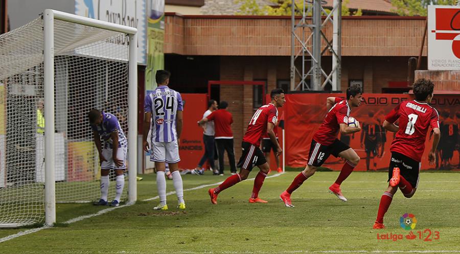Los jugadores del Club Deportivo Mirandés celebran el empate ante Luciano Balbi y Alex Pérez <em><strong>(LaLiga)</strong></em>