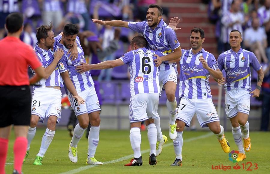 Los jugadores del Real Valladolid celebran el tanto de Alex Pérez ante el Getafe CF (LaLiga)