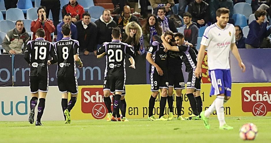 El Real Valladolid celebra el último gol de Juan Villar, anotado en La Romareda al Real Zaragoza<em><strong>(LaLiga)</strong></em>