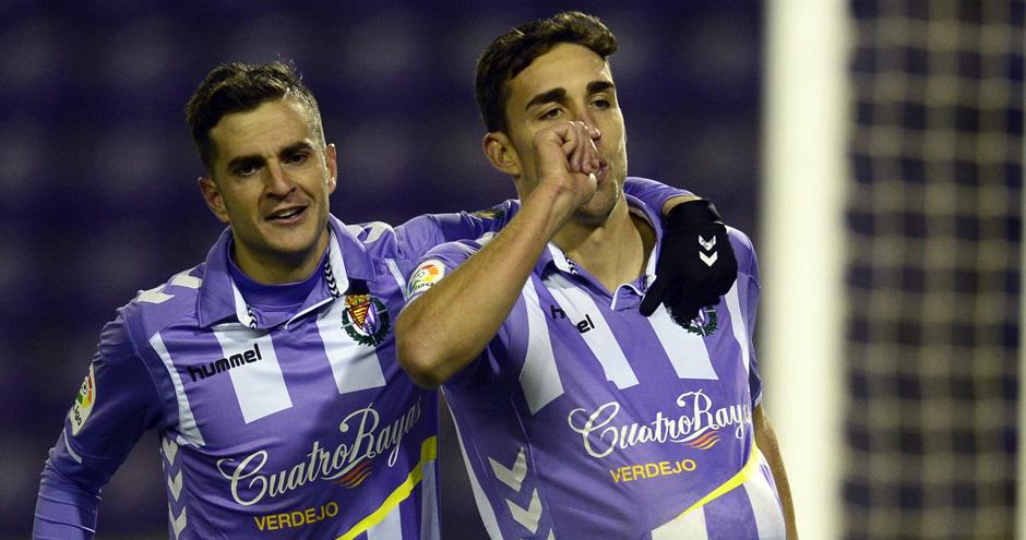 Juan Villar felicita a Jaime Mata tras uno de los goles del madrileño al CD Mirandés (RealValladolid.es)