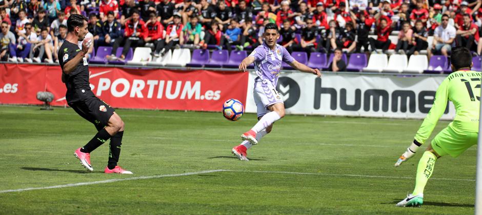 Cristian Espinoza asiste a Raúl de Tomás en el primer gol ante el Elche CF <em><strong>(RealValladolid.es)</strong></em>