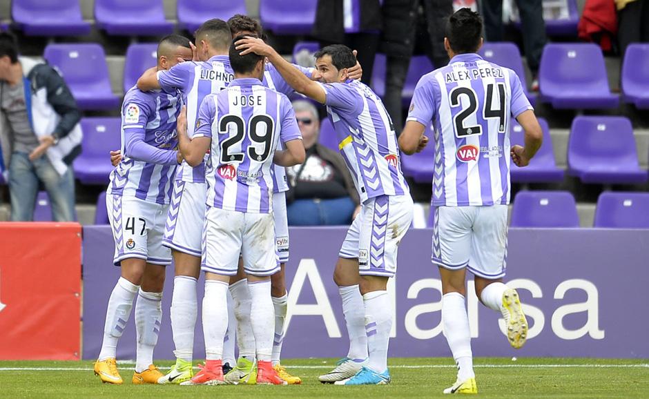 Los jugadores del Real Valladolid celebran el segundo gol de Raúl de Tomás ante e RCD Mallorca <em><strong>(RealValladolid.es)</strong></em>