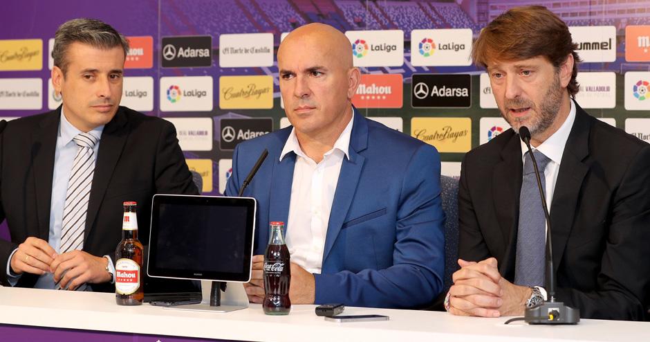 Luis César Sampedro, junto a Miguel Ángel Gómez y Carlos Suárez en su presentación | Foto: César Minguela