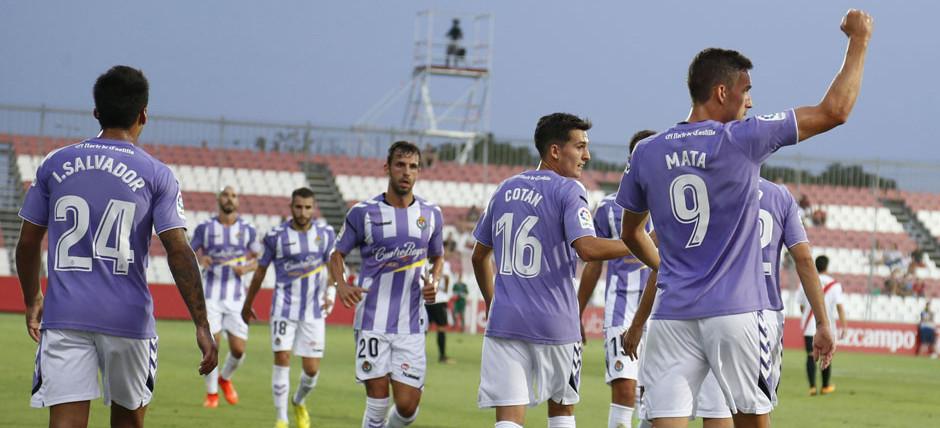 Jaime Mata, con el puño en alto, celebra el primer gol del Real Valladolid al Sevilla Atlético <em><strong>(LaLiga)</strong></em>