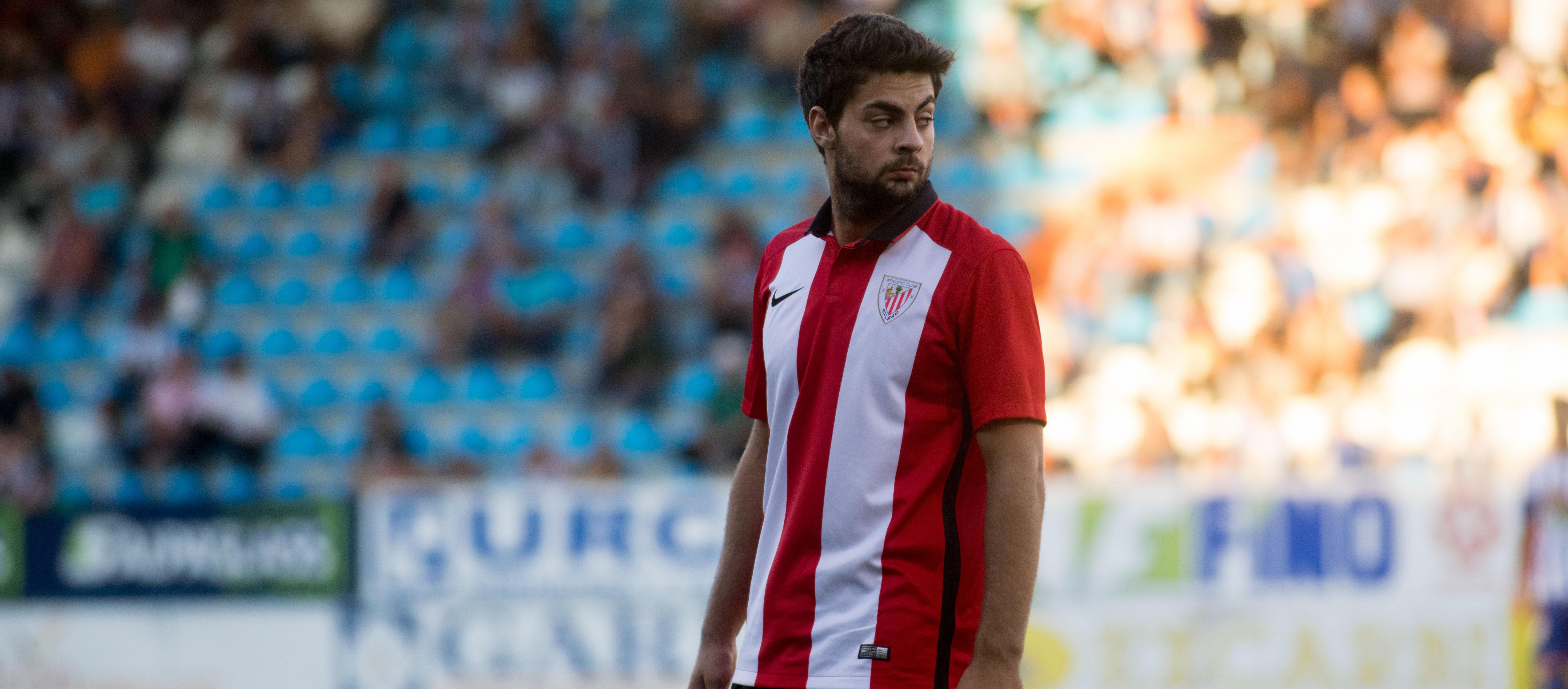 Asier Villalibre, durante un partido con la cantera del Athletic Club <em><strong>(La cantera de Lezama)</strong></em>