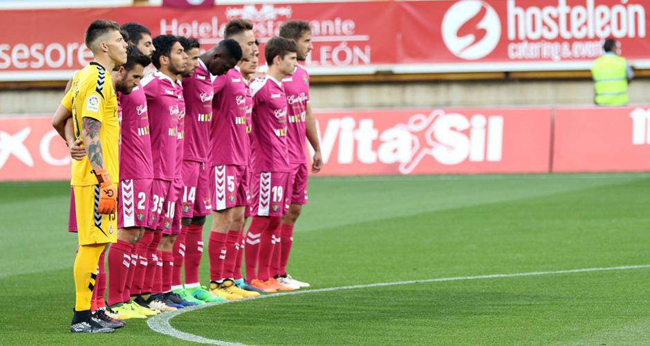 El once titular del Real Valladolid respeta el minuto de silencio antes del inicio del partido (LaLiga)