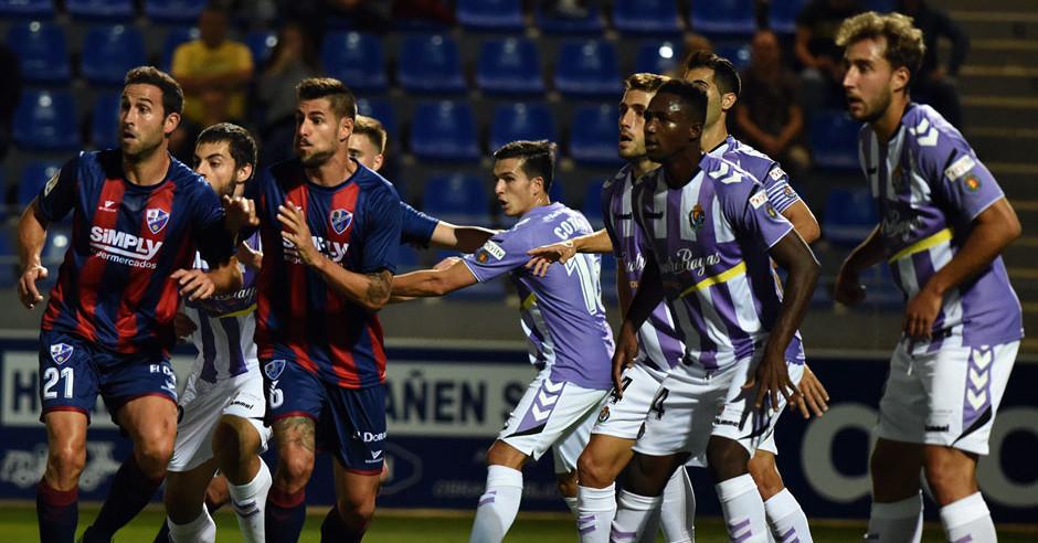 Real Valladolid y de la Sociedad Deportiva Huesca durante una acción a balón parado del duelo deEl Alcoraz <em><strong>(RealValladolid.es)</strong></em>