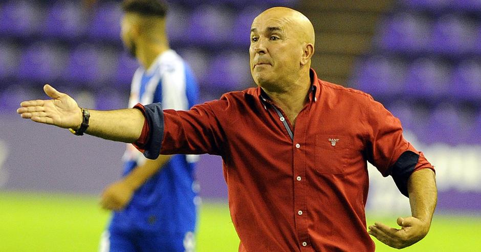 Luis César Sampedro da indicaciones en la victoria ante el Club Deportivo Tenerife en Zorrilla <em><strong>(RealValladolid.es)</strong></em>