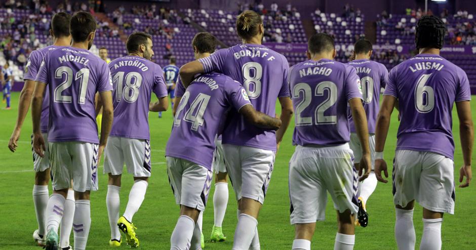 El Real Valladolid celebra el gol de Ibán Salvador, abrazado cariñosamente por Borja Fernández (RealValladolid.es)