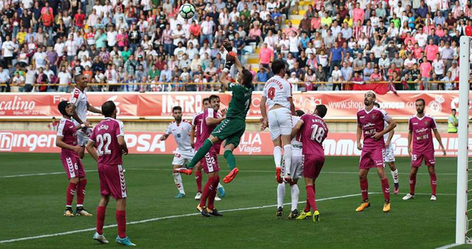 Jordi masip, en una acción del partido rodeado de jugadores de ambos equipos (RealValladolid.es)
