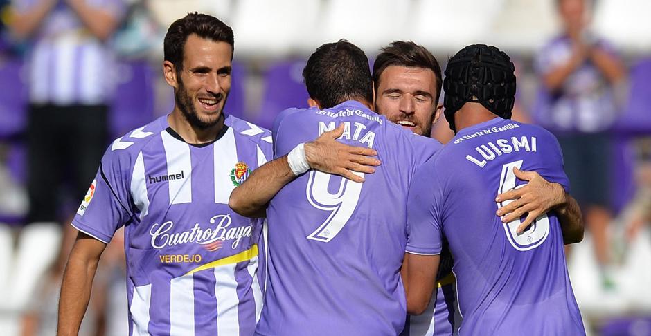 Giannis Gianniotas se abraza a Mata y Luismi tras anotar el segundo gol del partido y su estreno como blanquivioleta (RealValladolid.es)