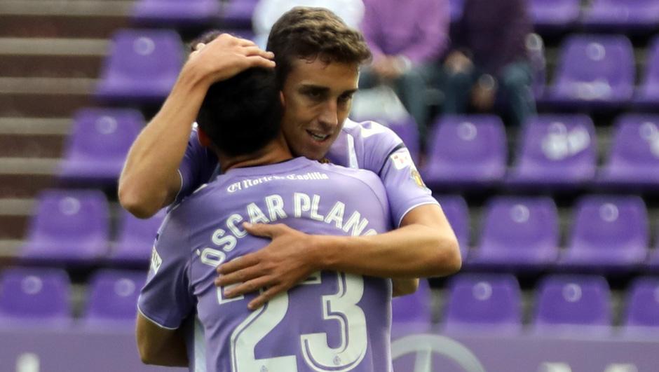 Jaime Mata se abraza a Óscar Plano tras el tanto anotado al Granada CF <em><strong>(RealValladolid.es)</strong></em>