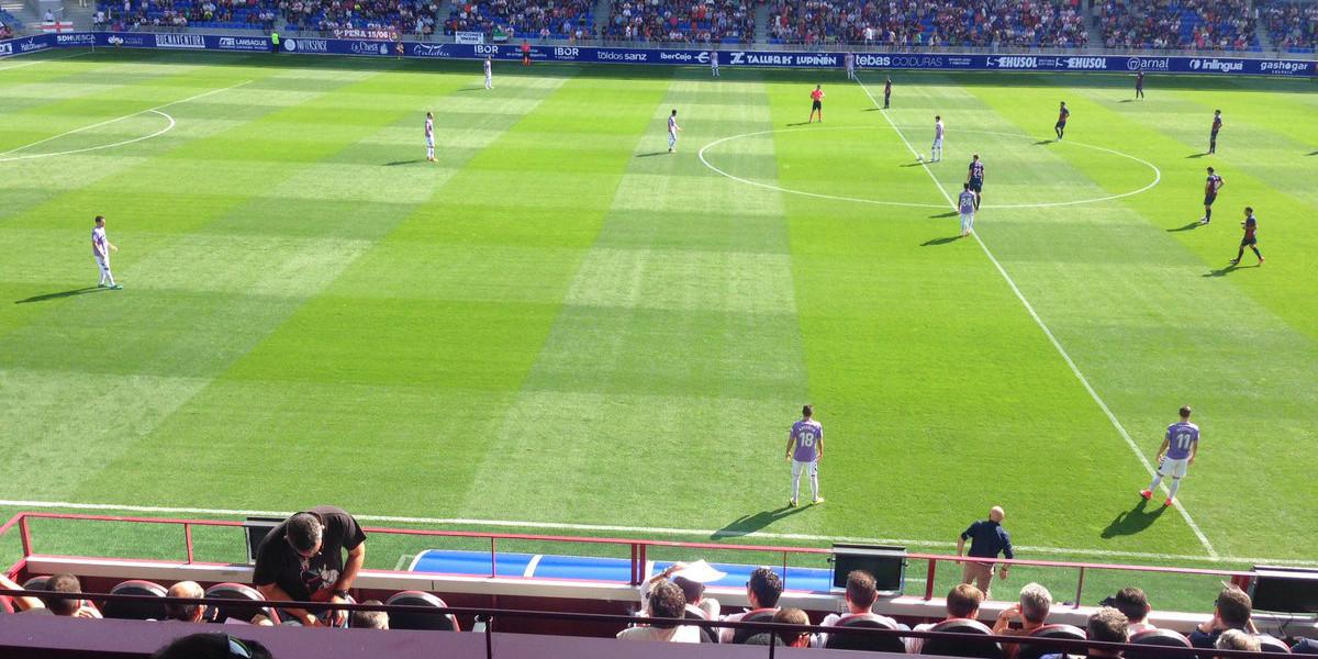 Predisposición del Real Valladolid ante de realizar el saque inicial en el duelo disputado ante la Sociedad Deportiva Huesca