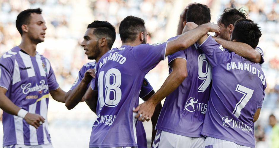 Los jugadores del Real Valladolid abrazan a Jaime Mata tras el tanto anotado en Almería<em><strong>(LaLiga)</strong></em>