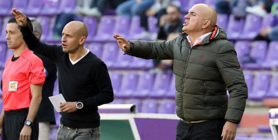 Luis César Sampedro y su segundo, Juan Iglesias, dan instrucciones ante el Club Deportvo Lugo <em><strong>(RealValladolid.es)</strong></em>