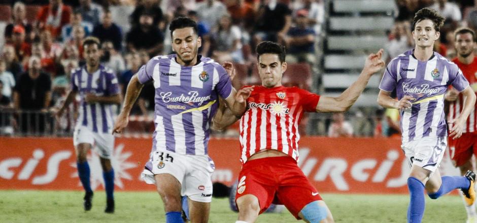 Ángel García, Anuar Tuhami, peleando el balón, y Toni Villa, en el duelo ante la Unión Deportiva Almería <em><strong>(LaLiga)</strong></em>