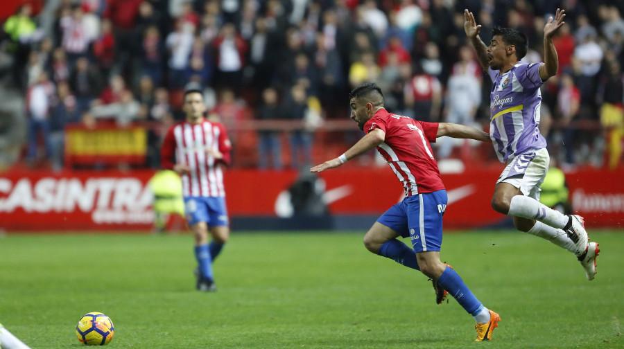 Ibán Salvador pelea por un balón en la primera parte del duelo disputado ante el Sporting de Gijón <em><strong>(LaLiga)</strong></em>