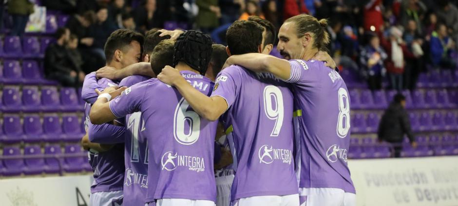 Los jugadores del Real Valladolid celebran el tanto de Deivid Rodríguez, el primero de la victoria <em><strong>(RealValladolid.es)</strong></em>