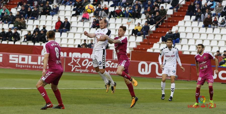 Roman Zozulia se imponea Fernando Caleroen la acción del primer tanto del Albacete Balompié<em><strong>(LaLiga)</strong></em>