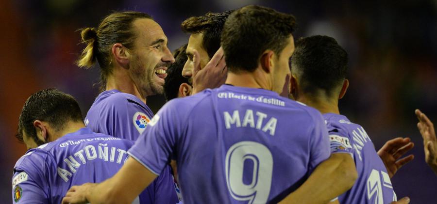 El Real Valladolid celebra el gol de Borja Fernández, el primero de la victoria ante el Lorca FC | <em><strong>Foto: LaLiga</strong></em>