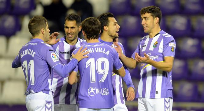 Los jugadores del Real Valladolid celebran uno de los goles en la victoria al Real Zaragoza | <em><strong>Foto: LaLiga</strong></em>