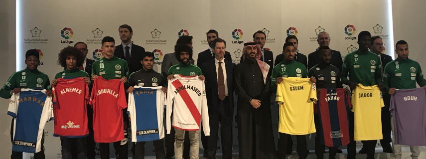Todos los jugadores de Arabia Saudí posan con las camisetas de sus respectivos equipos | <em><strong>Foto: LaLiga</strong></em>
