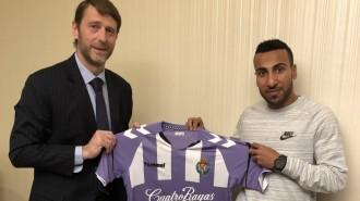 Nouh Al-Mousa posa con la camiseta del Real Valladolid junto a Carlos Suárez | Foto: RealValladolid.es