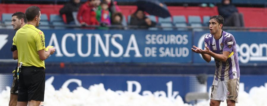 Jaime Mata protesta al árbitro del partido tras la amonestación que veía el delantero | <em><strong>Foto: LaLiga</strong></em>