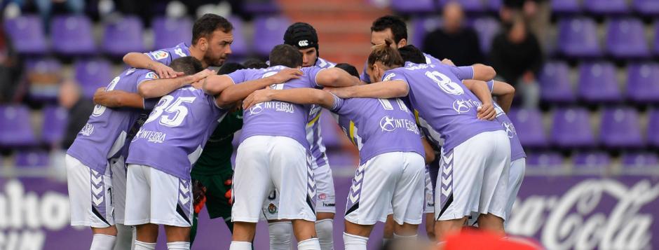 Los jugadores del Real Valladolid, antes de la victoria conseguida ante el Sevilla Atlético | <em><strong>Foto: LaLiga</strong></em>