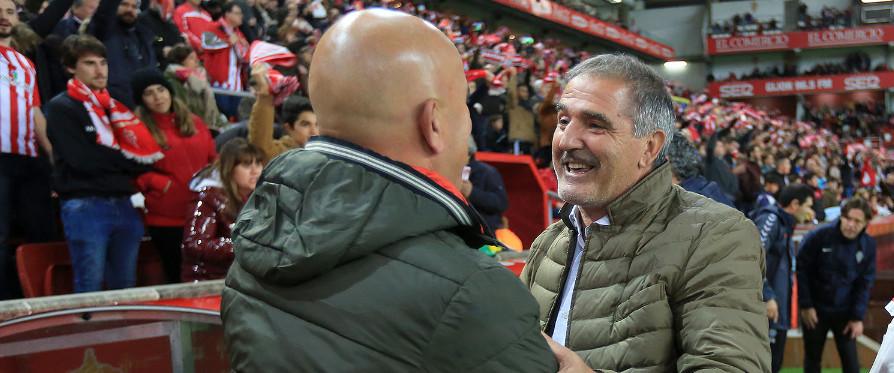 Luis César Sampedro y Paco Herrera, en el reciente encuentro disputado en El Molinón | <em><strong>Foto: Luis Manso | ElDesmarque Asturias</strong></em>