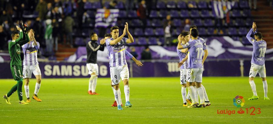 Jaime Mata y el resto de jugadores delReal Valladolid saludan tras el pitido final | <em><strong>Foto: LaLiga</strong></em>