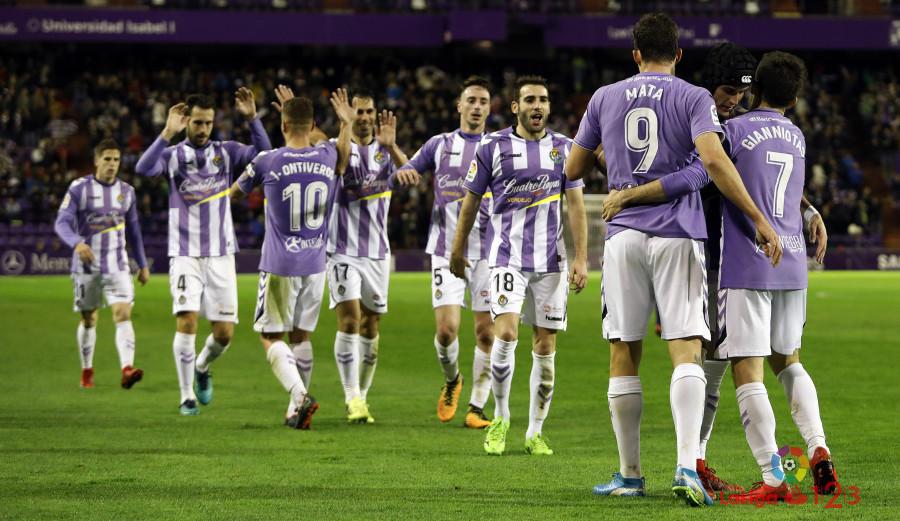 Jaime Mata, felicitado tras el primero de sus dos goles ante la Sociedad Deportiva Huesca | <em><strong>Foto: LaLiga</strong></em>
