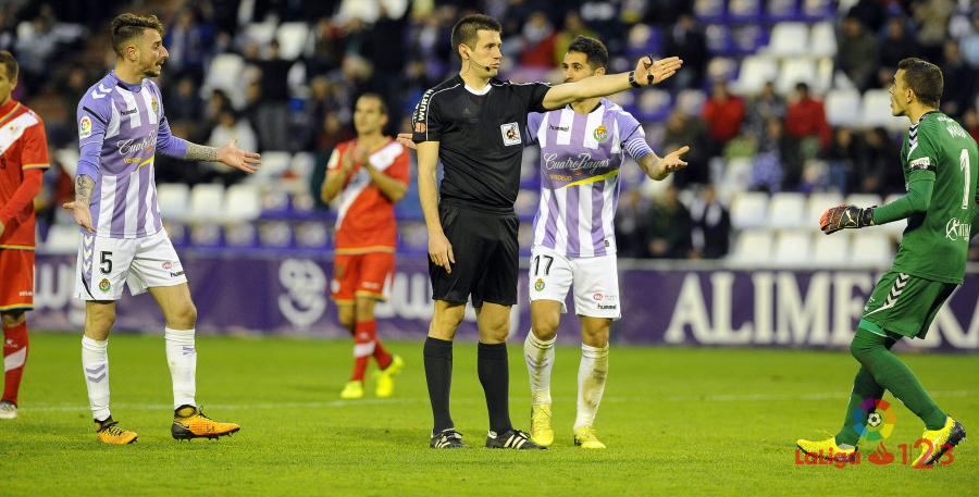 Díaz de Mera Escuderos, árbitro del partido, señala el penalti contra el Real Valladolid | <em><strong>Foto: LaLiga</strong></em>